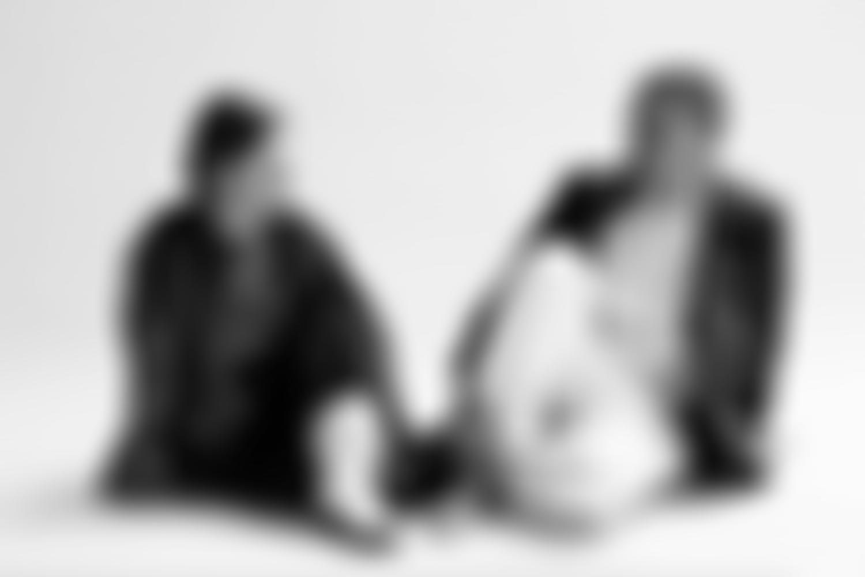 Ätna Bandmitglieder in schwarz/weiß, auf dem Boden sitzend
