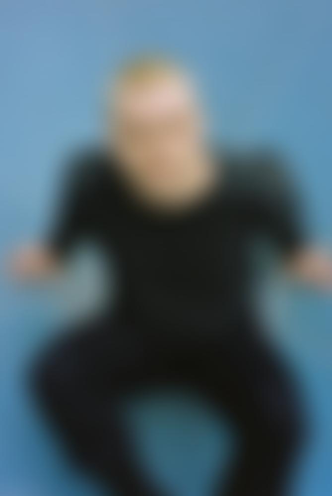 Sänger Kaltenkirchen sitzt auf dem Boden und schaut hinauf in die Kamera