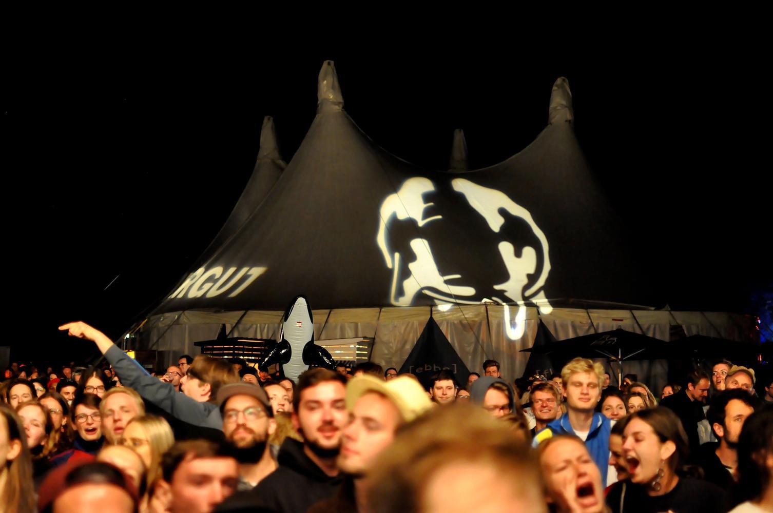 Euter auf der Zeltbühne, davor tanzende Menge vor der Waldbühne