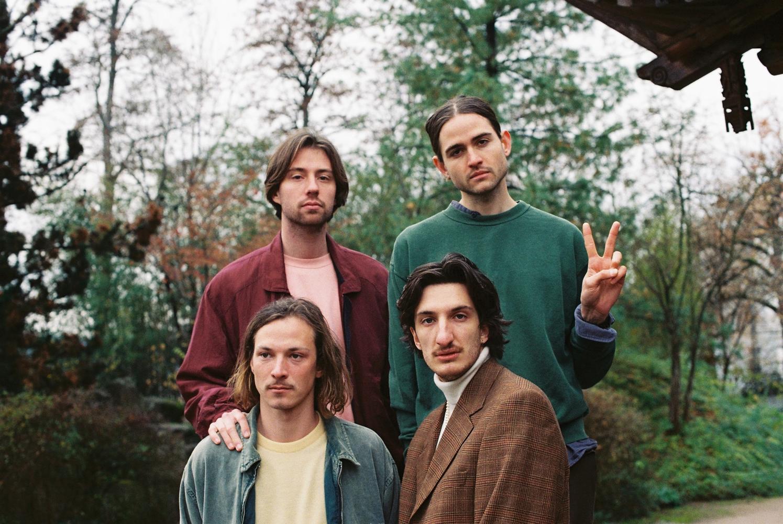 Die vier Bandmitglieder in die Kamera schauend