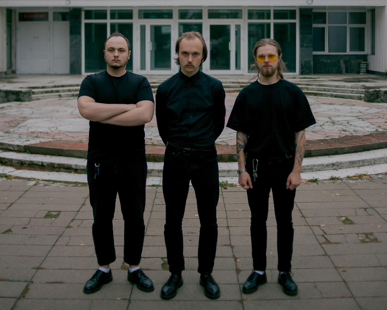 Molchat Doma besteht aus drei männlichen Bandmitgliedern. Wir sehen sie nebeneinanderstehend.