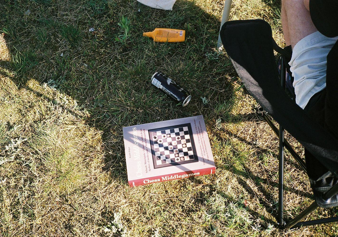 Schachspiel Karton auf Rasen der Campingfläche