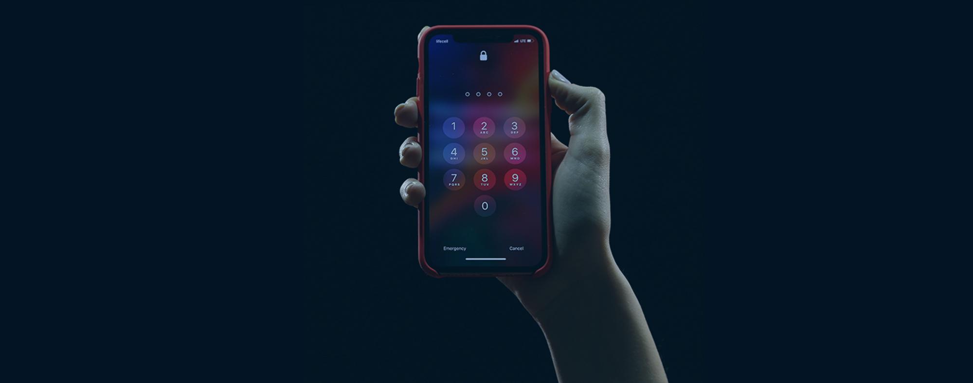 Mobiltelefon i hand.