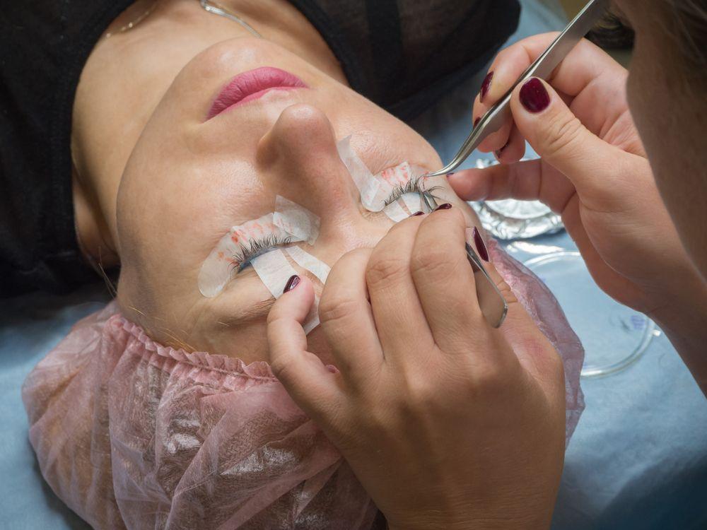 woman eyelash extensions