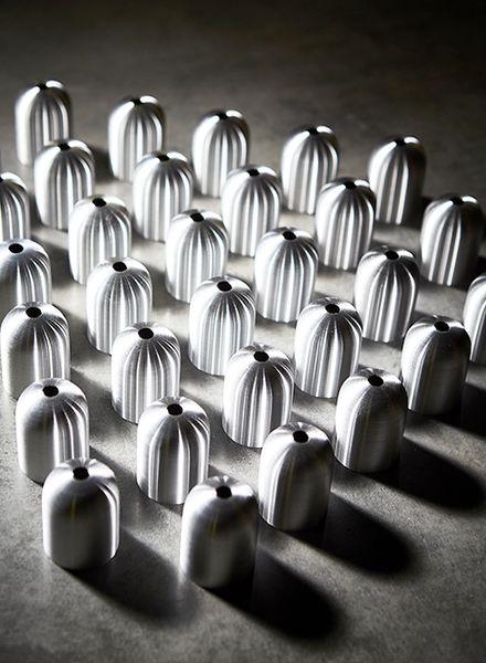 Rader med lampskärmar i metall