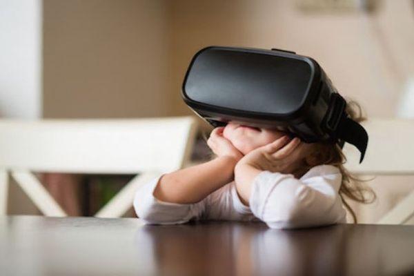 Enfant avec un casque VR