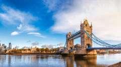 De Tower Bridge en Tower of London tegen een blauwe lucht