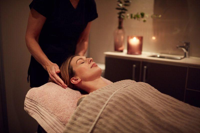 Alle fortjener litt ekstra velvære iblant. Vi tilbyr et stort utvalg behandlinger innen hår, hud og fot.