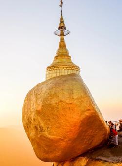 golden rock al tramonto
