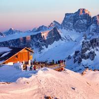 rifugio di montagna al tramonto cortina