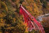treno del foliage nella valle kurobe in giappone