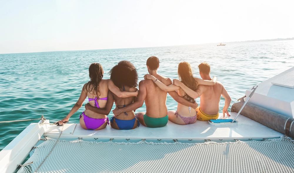 gruppo di ragazzi in vacanza in barca a vela