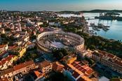vista aerea sulla citta di pula in croazia