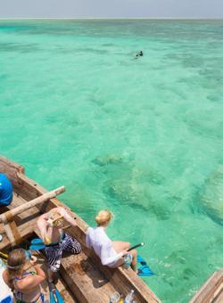 donna che fa snorkeling a zanzibar