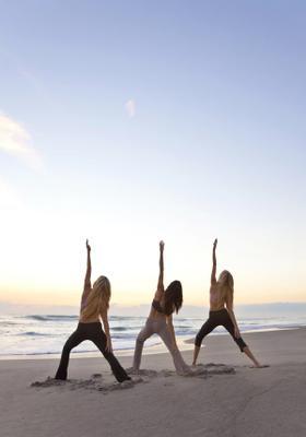 lezioni di yoga sulla spiaggia in sardegna