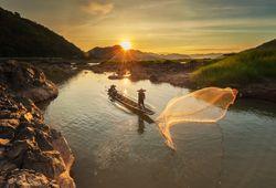 pescatore al tramonto sul fiume mekong