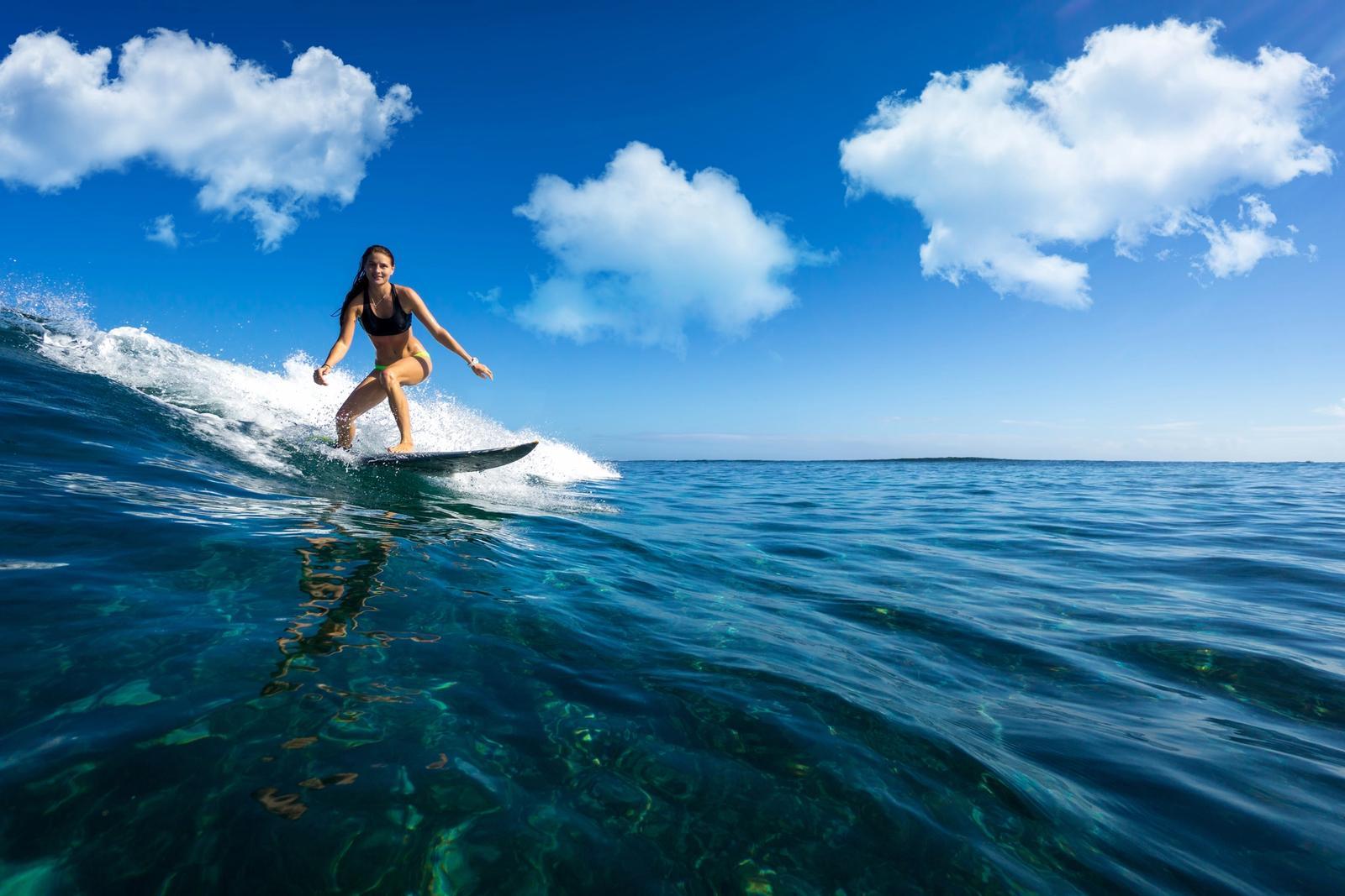 ragazza fa surf a somo in spagna