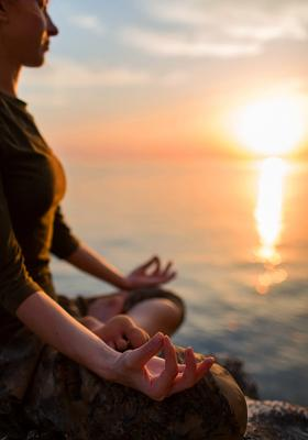 lezioni di yoga sulla spiaggia in spagna