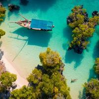 barca sulla spiaggia a zanzibar