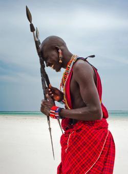 uomo della tribù masai in tanzania