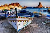 barca colorata nel borgo di acitrezza in sicilia