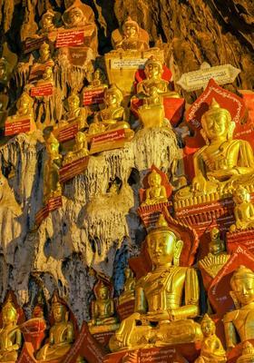 statue di buddha in oro in una grotta