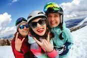 ragazze in montagna sulle piste da sci