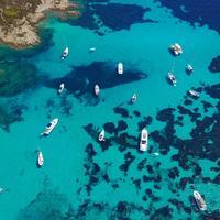 Vista dall'alto di barche in Sardegna