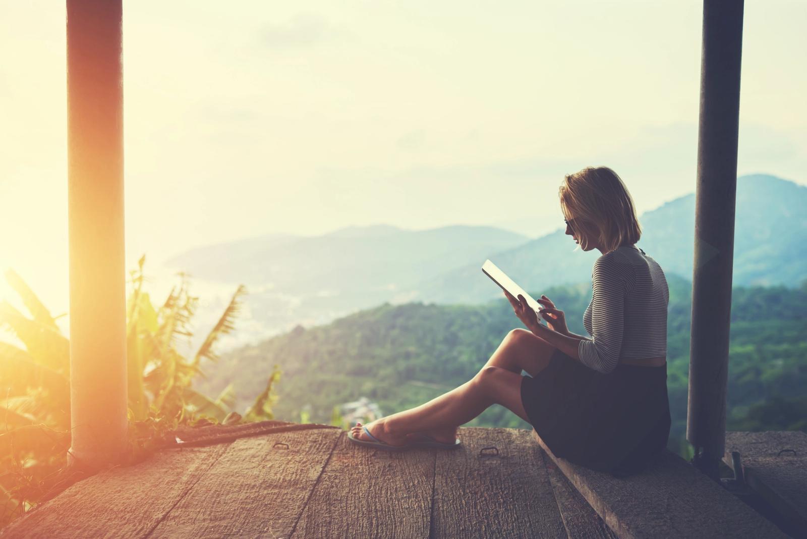ragazza legge nella natura