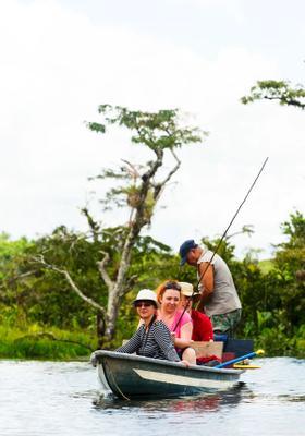 turisti su barca sul fiume napo
