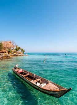 barca nel mare trasparente dei caraibi
