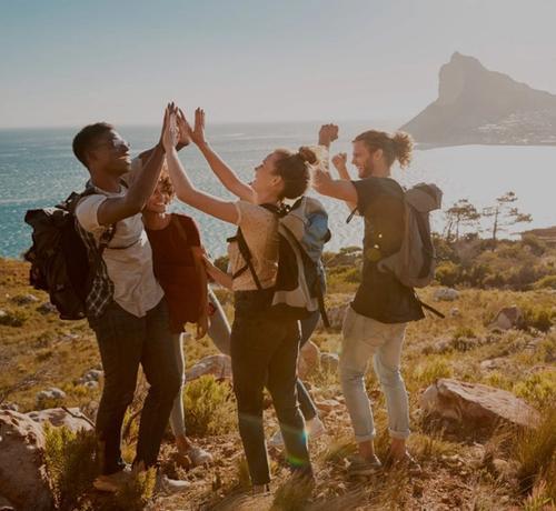 gruppo di giovani in viaggio zaino in spalla