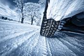 ruote della macchina sulla neve