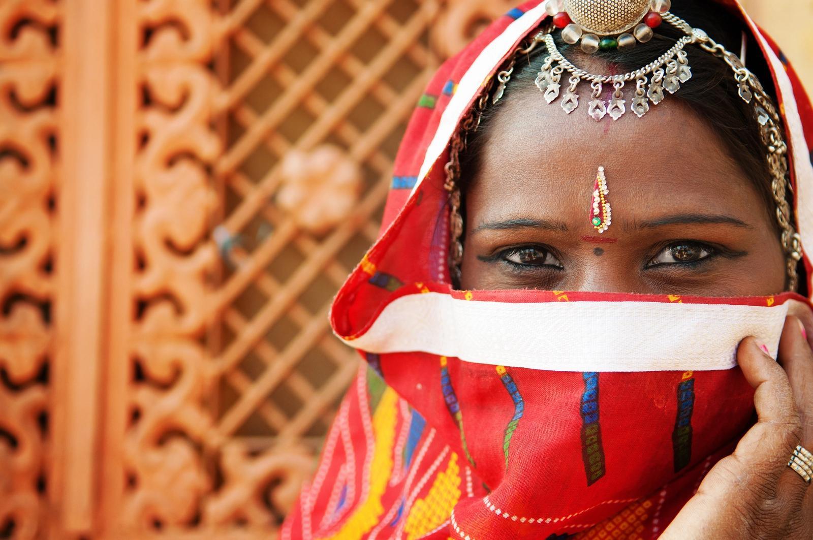 ritratto di ragazza indiana con abiti tradizionali