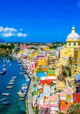 porto con case colorate procida