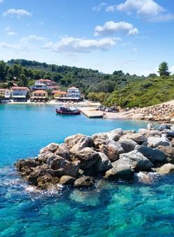 Villaggio di pescatori di Katigiorgis mare e barche in Grecia