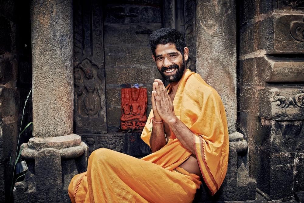 uomo indiano saluta con namaste
