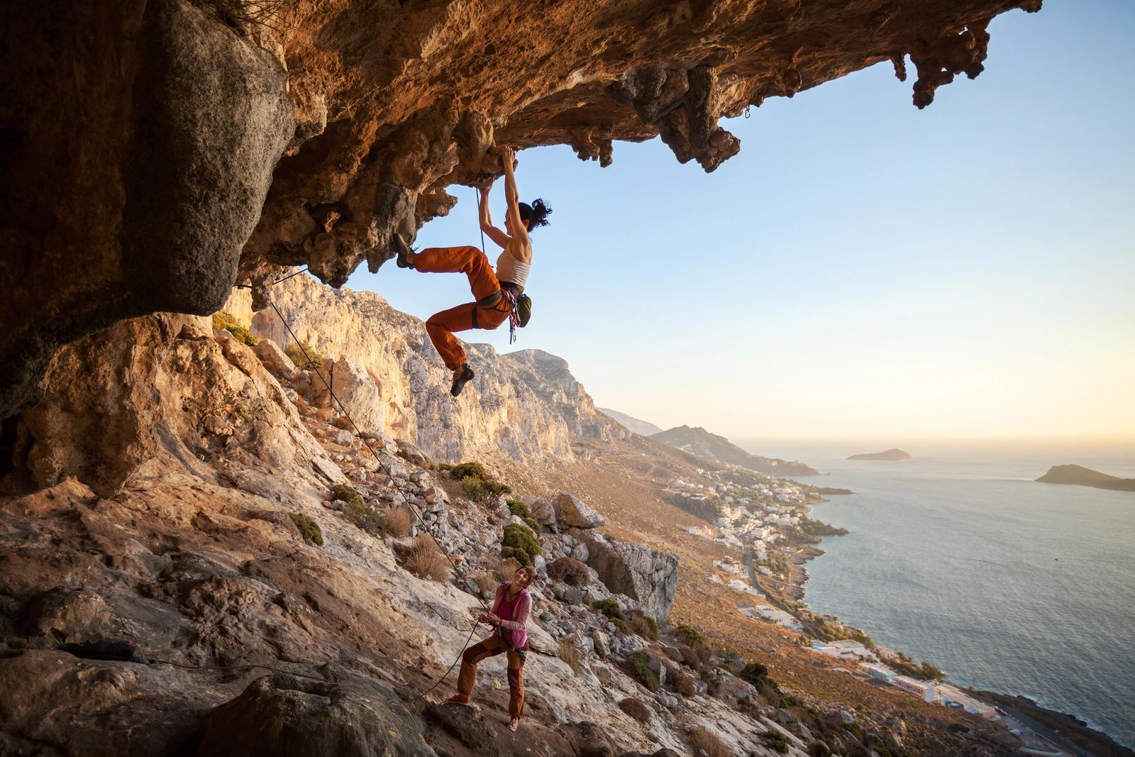 ragazze si arrampicano su roccia in sicilia