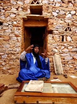 uomo nelle biblioteche del deserto in mauritania