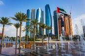 Grattacieli di Abu Dhabi con palme