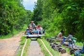 persone cambogiane sul bamboo train