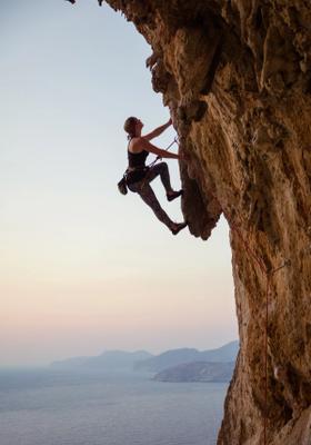 arrampicata sportiva su roccia con vista mare