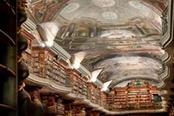 interno della biblioteca klementinum a praga