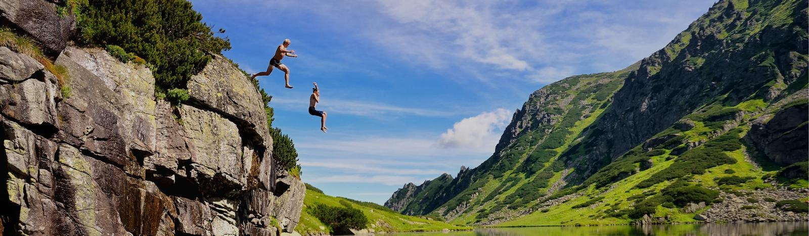 ragazzi si tuffano in montagna