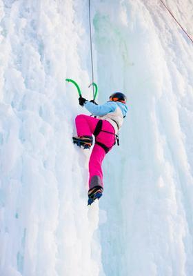 donna che fa arrampicata sul ghiacchio