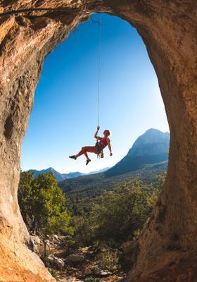 arrampicata sportiva su arco di roccia