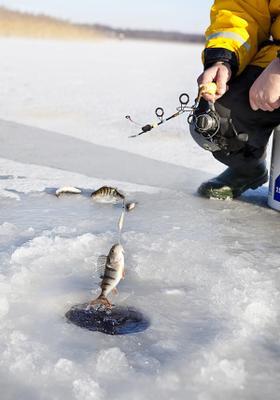 pesca su lago ghiacciato