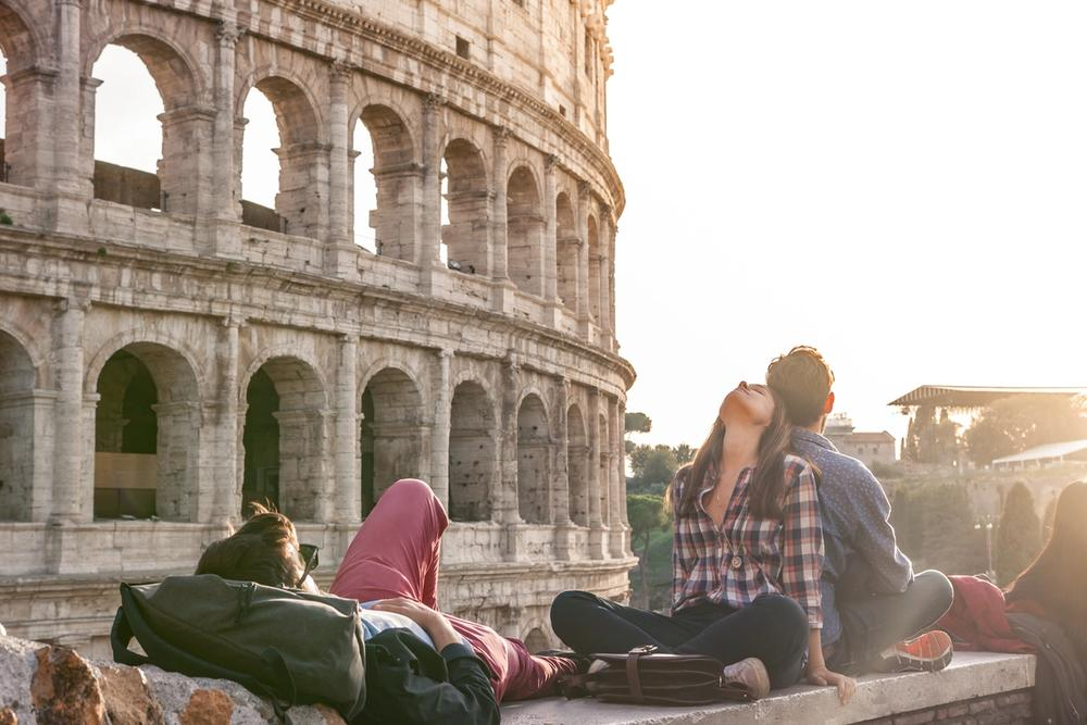 gruppo di amici a roma colosseo