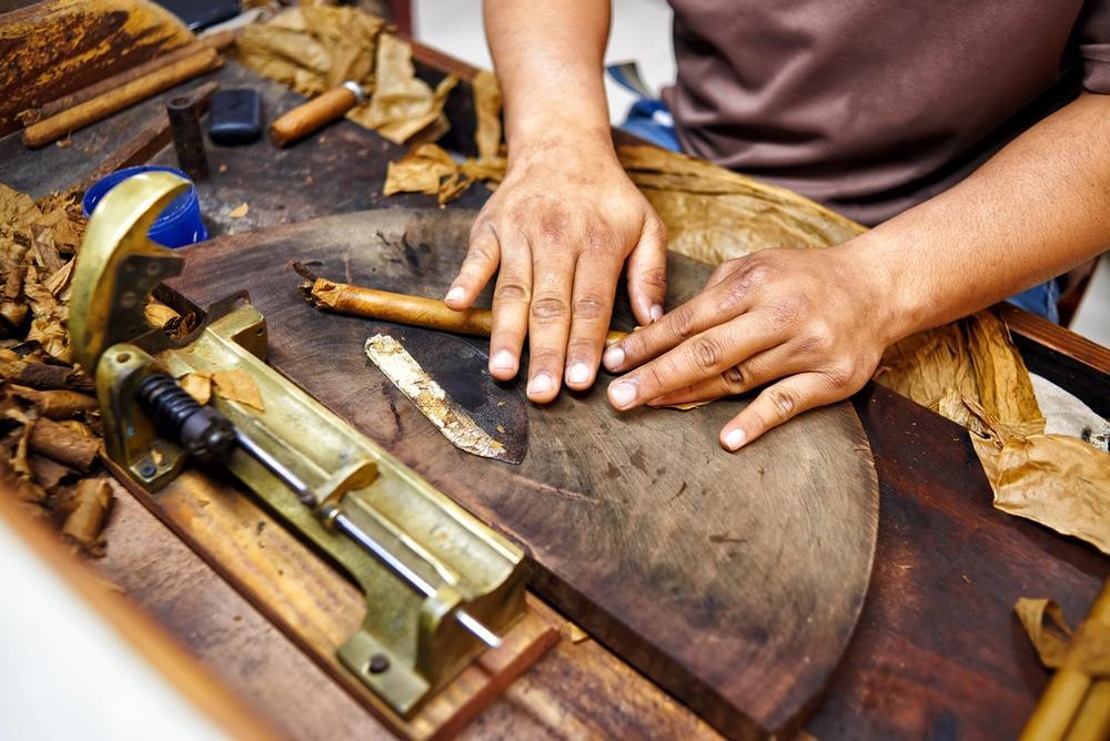 produzione tradizionale in una bottega di sigari a cuba