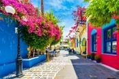 strada con case colorate isola di kos